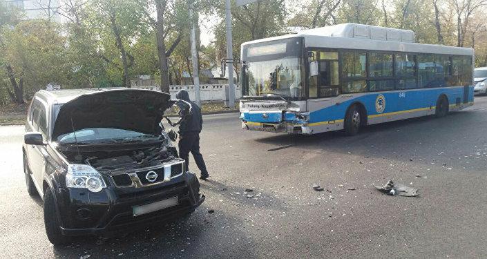 Автобус джиппен соқтығысты