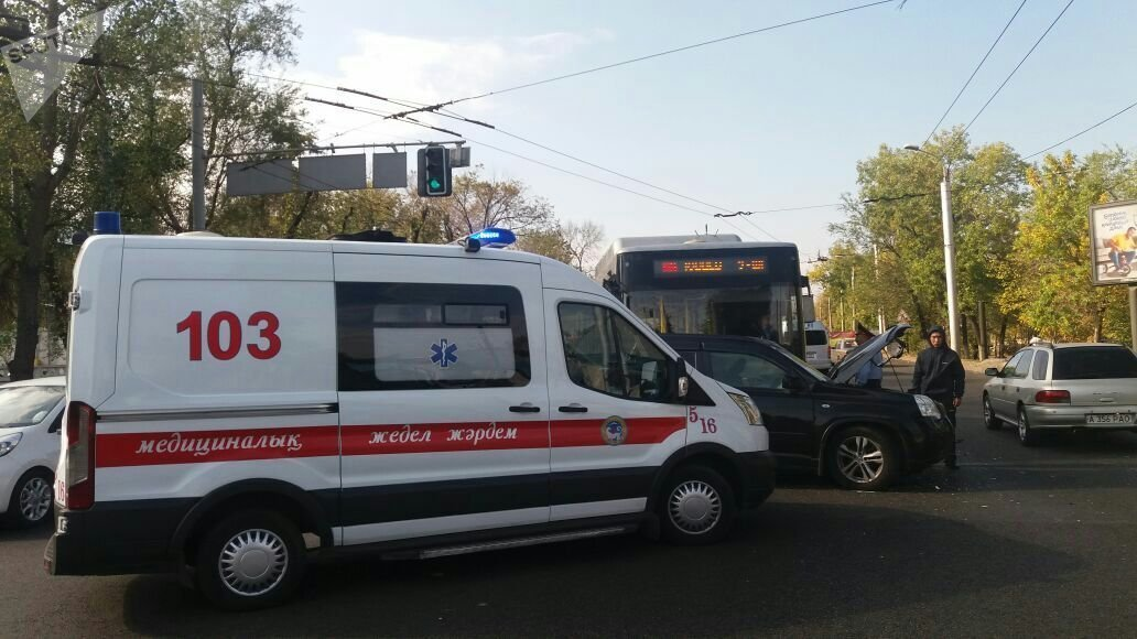 Автобус столкнулся с внедорожником