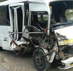 Грузовик протаранил пассажирский микроавтобус в Алматинской области