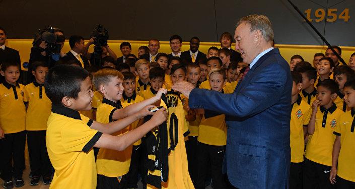 Нурсултан Назарбаев встретился с юными спортсменами, обучающимися в академии футбольного клуба Кайрат