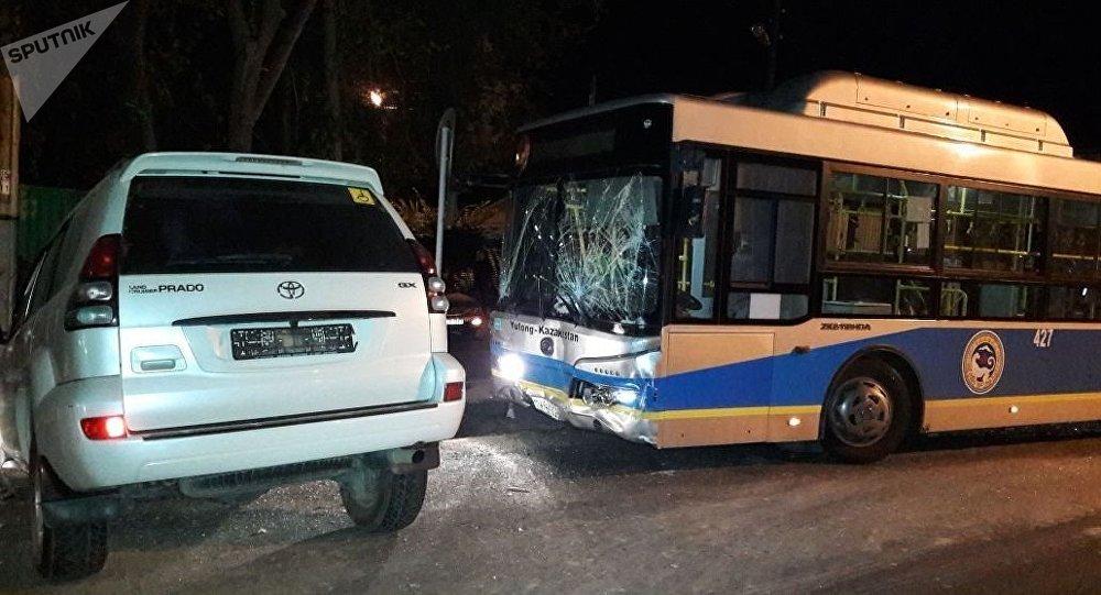 Алматыда автобус пен Toyota Land Cruiser Prado соқтығысты