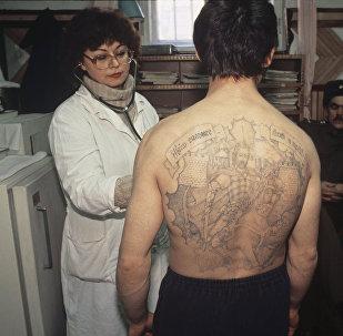 Осужденный, отбывающий срок заключения, во время медицинского осмотра, архивное фото