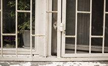 Окно с решеткой, архивное фото
