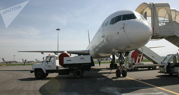 Архивное фото самолета в аэропорту