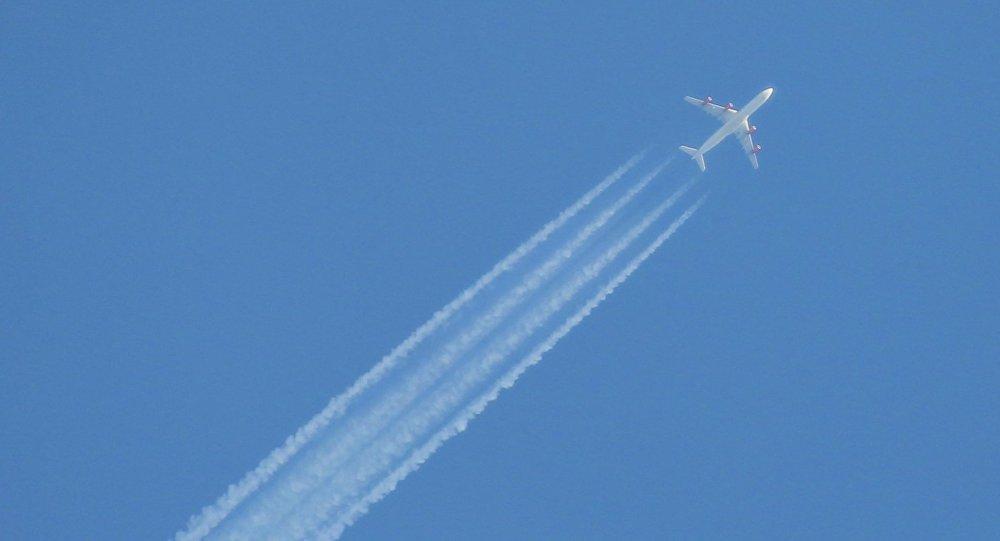 Самолет в небе над аэропортом, архивное фото