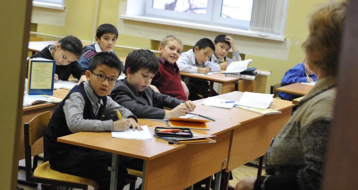 Ученики на уроке, архивное фото