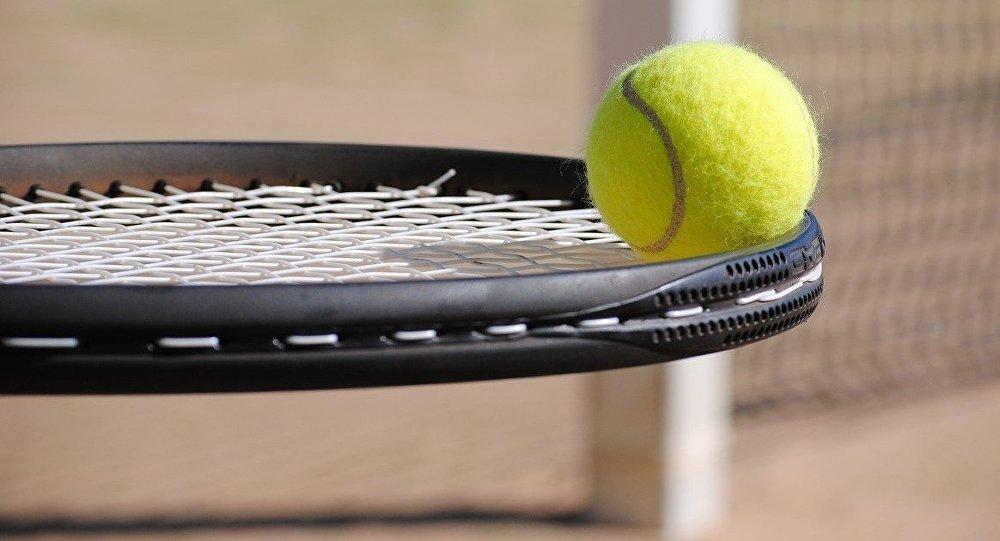 Теннисный мяч и ракетка