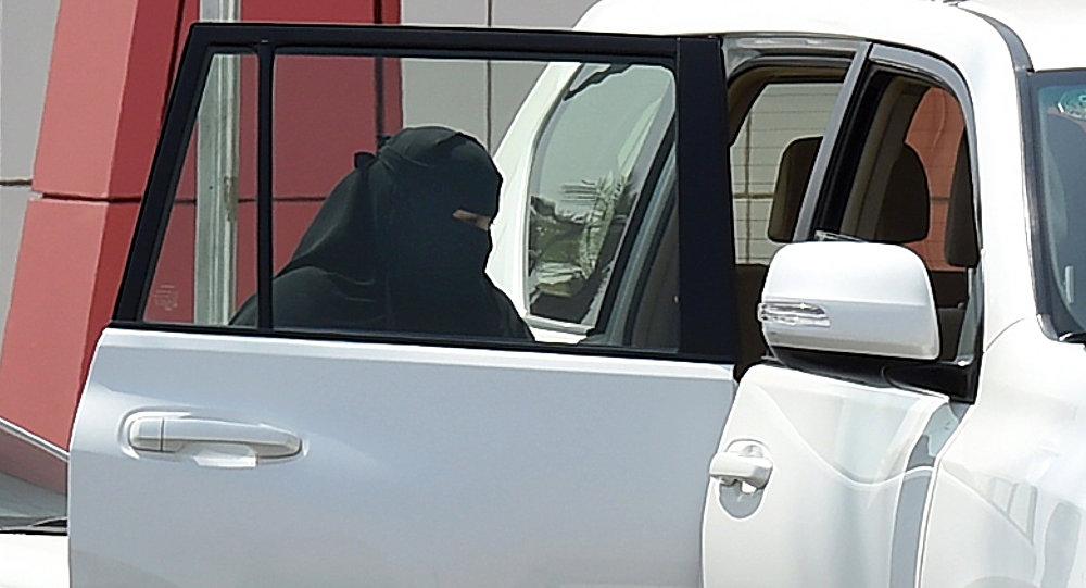 Женщина садится в автомобиль