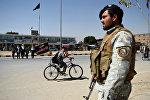Афганский полицейский стоит на страже, архивное фото