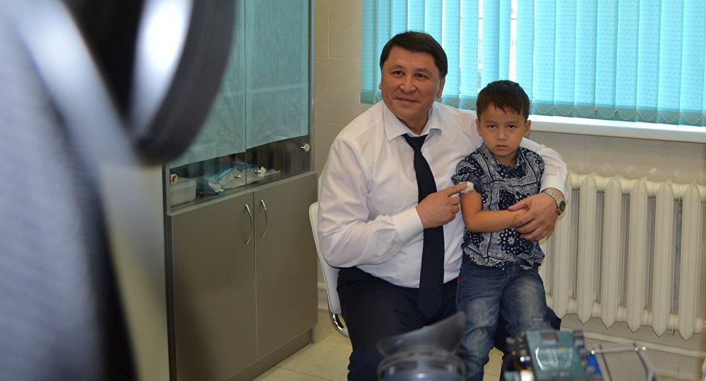 Жандарбек Бекшин вместе с внуком получают прививку от гриппа