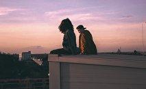 Девушка и парень на краю крыши, архивное фото