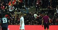 Футбольные болельщики упали с трибуны во время матча между Амьеном и Лиллем