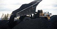 Архивное фото самосвала с углем