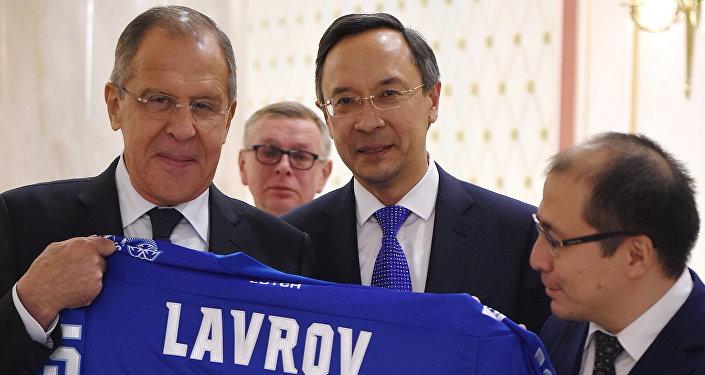 Министр иностранных дел Российской Федерации Сергей Лавров получил в Казахстане именной свитер хоккейного клуба Барыс из Астаны