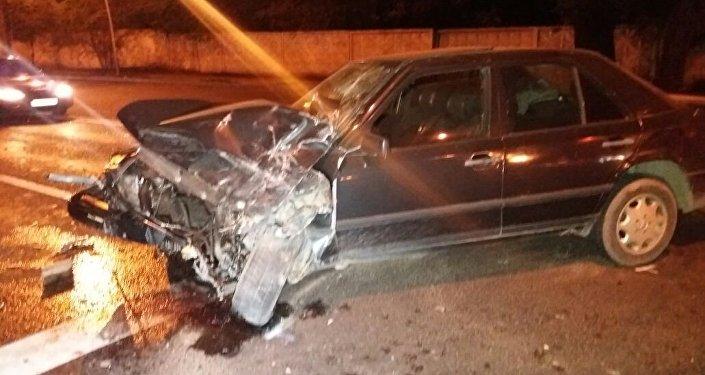 Mercedes и Toyota HiAce  столкнулись в Алматы