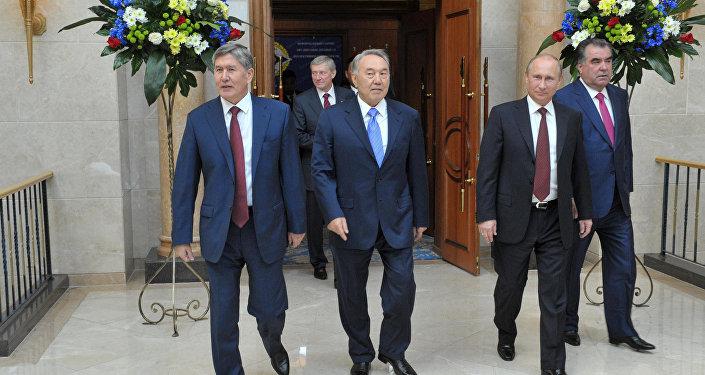 Алмазбек Атамбаев и Нурсултан Назарбаев, архивное фото