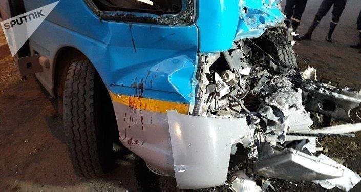 Алматыда жолаушылар автобусы жүк көлігімен соқтығысты