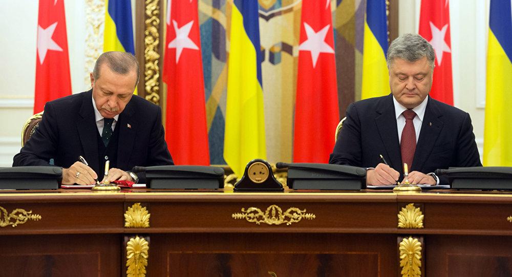 Президент Турции Реджеп Тайип Эрдоган (слева) и президент Украины Петр Порошенко во время встречи в Киеве