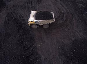 Карьерный самосвал с углем, архивное фото