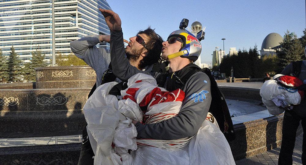Эсктремал спортшылар Астанадағы биік ғимараттан секірді