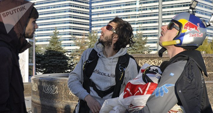 Спортсмены-экстремалы спрыгнули с парашютом со здания в Астане
