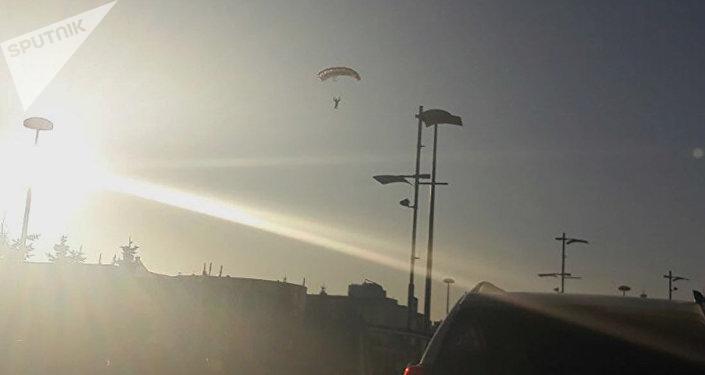 Шетелдік үш эстремал спортшы Астанадағы Изумрудный квартал кешенінің төбесінен парашютпен секірді.