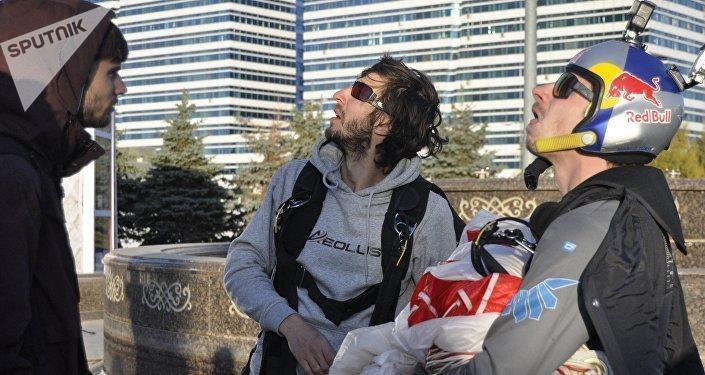 Шетелдік үш эстремал спортшы Астнадағы Изумрудный квартал кешенінің төбесінен парашютпен секірді.