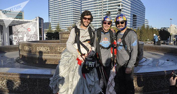 Шетелдік үш эстремал спортшы Астнадағы Изумрудный квартал кешенінің төбесінен парашютпен секірді