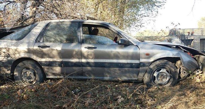 Автокөлік жолдың шетіне шығып кетті