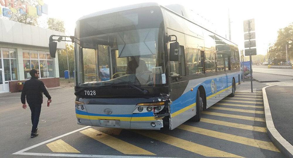 Автобус жеңіл автокөлікпен соқтығысты