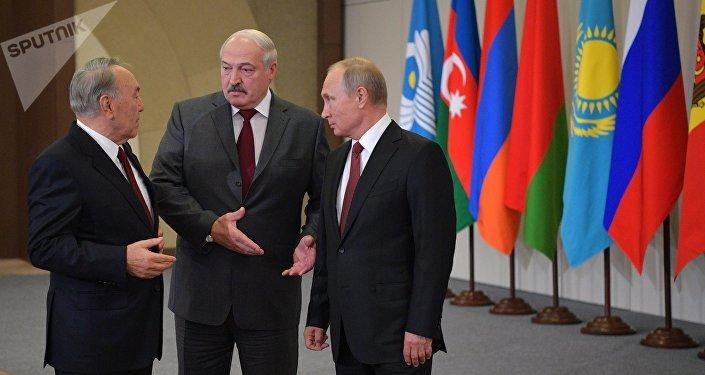 Нурсултан Назарбаев, Александр Лукашенко и Владимир Путин во время заседания Совета глав государств СНГ