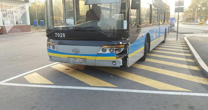 Автобус пен жеңіл автокөлік соқтығысты