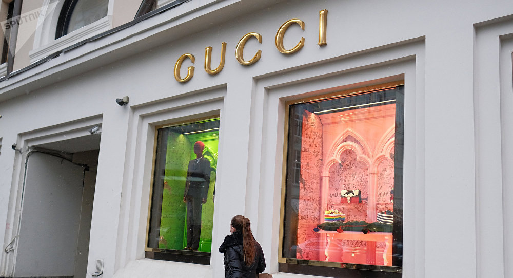 Девушка идет мимо бутика Gucci, архивное фото