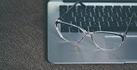 Очки на клавиатуре, архивное фото