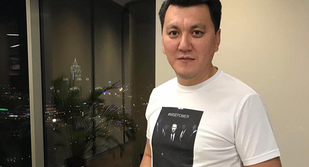 Ерлан Карин в футболке с изображением президента РК