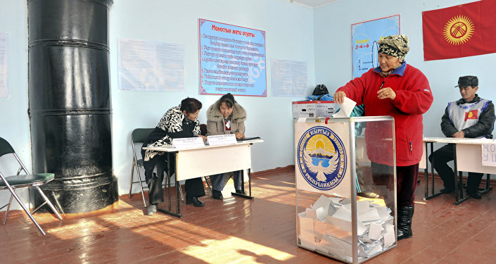 Женщина бросает свой бюллетень в урну на избирательном участке, архивное фото