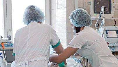 Медсестры у кровати пациента, архивное фото