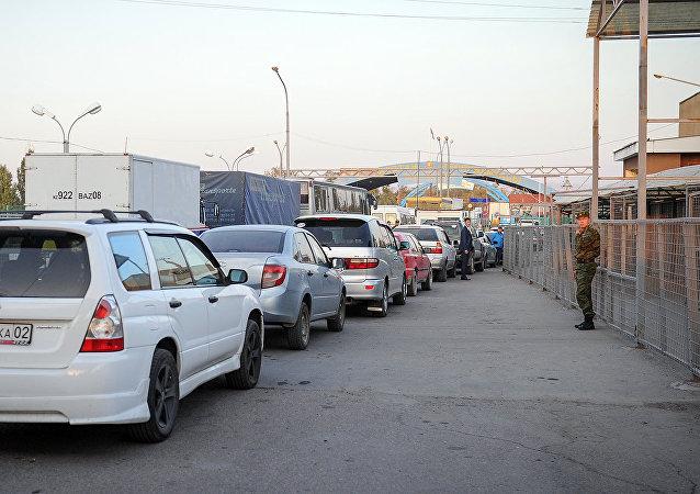 Автомобили на границе Казахстана и Кыргызстана