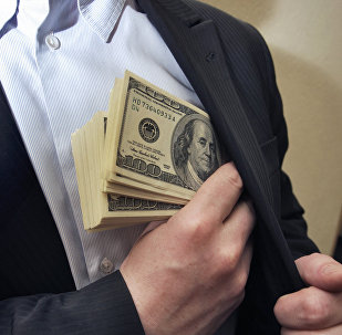 Долларды қалтасына жасырған адам
