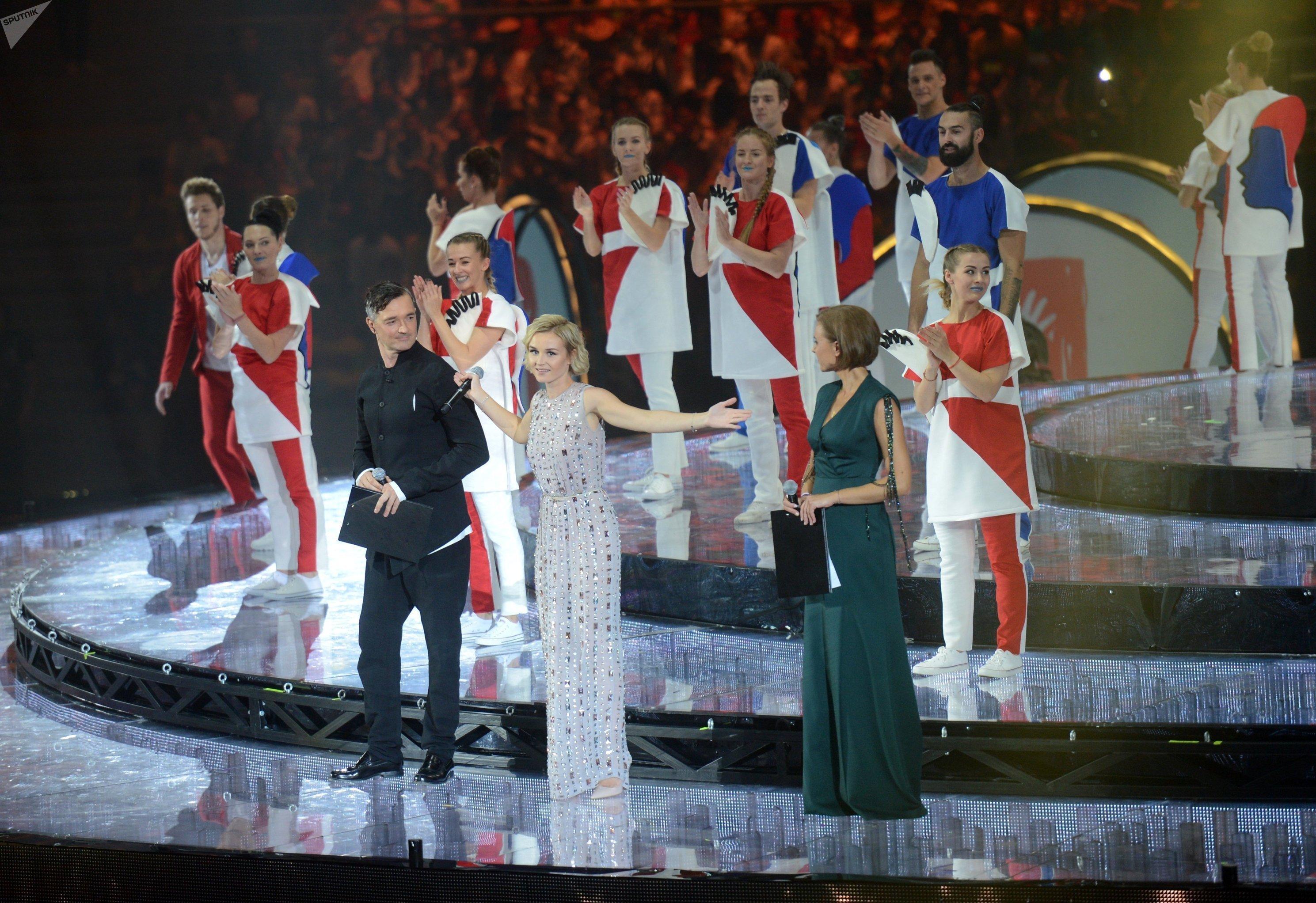 Актеры Егор Бероев и Ксения Алферова (справа на первом плане) и певица Полина Гагарина (в центре)