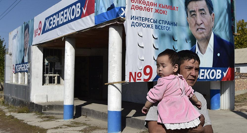 Плакат с изображением кандидата в президенты Кыргызстана Сооранбая Жээнбекова