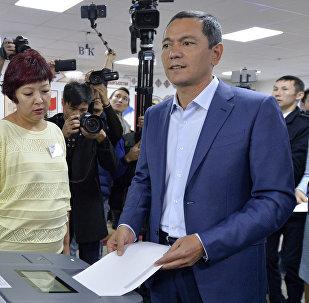 Кандидат в президенты Кыргызстана Омурбек Бабанов на избирательном участке