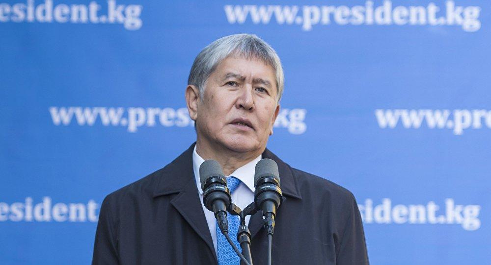 Президент Киргизии Алмазбек Атамбаев после голосования на избирательном участке в Бишкеке в ходе выборов президента Киргизии