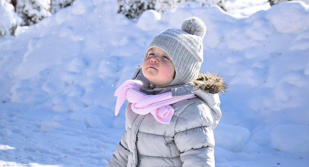 Девочка на зимней прогулке