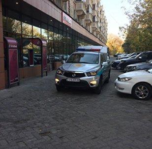 Полицейский автомобиль у отделения банка