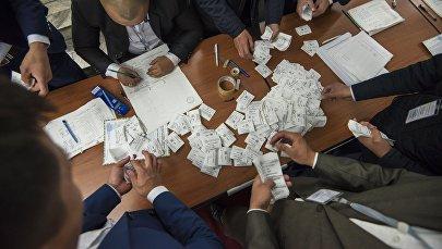 Подсчет количества проголосовавших на избирательном участке в Бишкеке