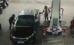 Вор на скутере пытался украсть сумку из машины девушки