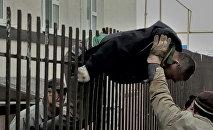 В Уральске мужчина упал на железные прутья забора