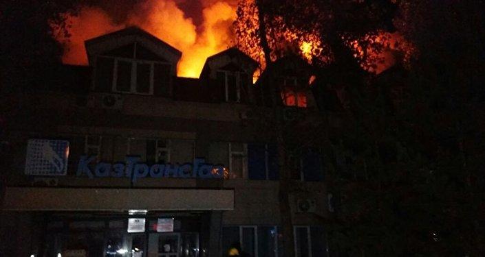ВАлматы 120 человек тушили сильный пожар вофисном помещении