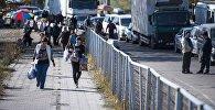 Люди и автомобили на границе Казахстана